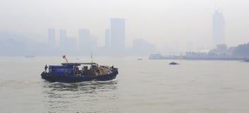 Ξύλινες βάρκες μηχανών στην ομίχλη στοκ εικόνες