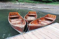 Ξύλινες βάρκες που αλυσοδένονται στην αποβάθρα Στοκ εικόνα με δικαίωμα ελεύθερης χρήσης