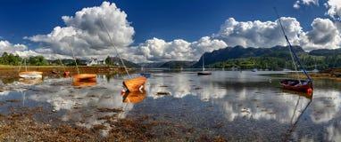 Ξύλινες βάρκες στο λιμάνι Plockton & x28 Χάιλαντς, Scotland& x29  Στοκ φωτογραφία με δικαίωμα ελεύθερης χρήσης