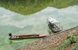 Ξύλινες βάρκες στο νερό στη λίμνη Στοκ Εικόνα