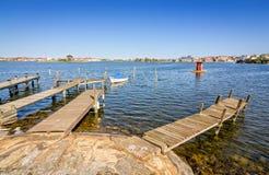 Ξύλινες γέφυρες στην ακτή πόλεων Karlskrona Στοκ Εικόνες