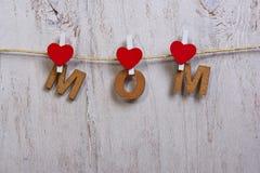 Ξύλινες επιστολές και καρδιά που διαμορφώνουν τη φράση mom Στοκ εικόνα με δικαίωμα ελεύθερης χρήσης