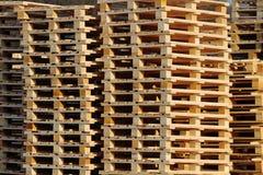 Ξύλινες ευρο- παλέτες στο κατώφλι αποθηκών εμπορευμάτων Στοκ Εικόνα