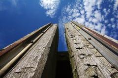 Ξύλινες θέσεις αποβαθρών ενάντια στο φωτεινό ουρανό Στοκ φωτογραφίες με δικαίωμα ελεύθερης χρήσης