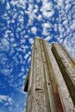 Ξύλινες θέσεις αποβαθρών που καλύπτονται από το κοπάδι των σύννεφων Στοκ Εικόνα