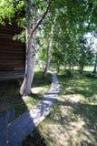 Ξύλινες διαβάσεις πεζών στο του χωριού ναυπηγείο Στοκ Φωτογραφία