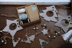 Ξύλινες διακοσμήσεις Χριστουγέννων χειροποίητες Επικεφαλής ενός ελαφιού, των χριστουγεννιάτικων δέντρων και των αστεριών Κιβώτιο  Στοκ Φωτογραφίες