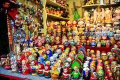 Ξύλινες διακοσμήσεις matrioshka για τις πωλήσεις Ρωσικές κούκλες Στοκ εικόνες με δικαίωμα ελεύθερης χρήσης