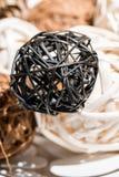 Ξύλινες διακοσμητικές σφαίρες ύφανσης στο άσπρο διακοσμητικό πιάτο Στοκ φωτογραφία με δικαίωμα ελεύθερης χρήσης