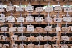 Ξύλινες ιαπωνικές ταμπλέτες προσευχής με τις επιθυμίες Στοκ Φωτογραφία