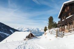 Ξύλινες καμπίνες στις αυστριακές Άλπεις στο χιόνι Στοκ Εικόνες