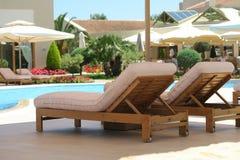 Ξύλινες καρέκλες γεφυρών λιμνών ξενοδοχείων Στοκ φωτογραφία με δικαίωμα ελεύθερης χρήσης