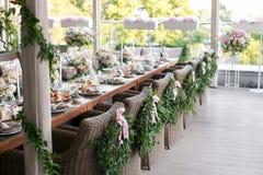 Ξύλινες καρέκλες με ένα στεφάνι δαφνών στο εστιατόριο πεζουλιών Στοκ φωτογραφία με δικαίωμα ελεύθερης χρήσης