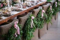 Ξύλινες καρέκλες με ένα στεφάνι δαφνών στο εστιατόριο πεζουλιών Στοκ φωτογραφίες με δικαίωμα ελεύθερης χρήσης