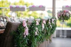 Ξύλινες καρέκλες με ένα στεφάνι δαφνών στο εστιατόριο πεζουλιών Στοκ εικόνες με δικαίωμα ελεύθερης χρήσης