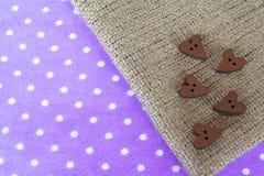 Ξύλινες καρδιές κουμπιών sackcloth με το διάστημα για τις ξύλινες καρδιές κουμπιών κειμένων sackcloth με το διάστημα για το κείμε Στοκ φωτογραφία με δικαίωμα ελεύθερης χρήσης