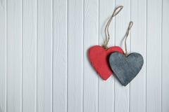Ξύλινες καρδιές στο άσπρο ξύλινο υπόβαθρο Στοκ φωτογραφία με δικαίωμα ελεύθερης χρήσης