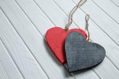 Ξύλινες καρδιές στο άσπρο ξύλινο υπόβαθρο Στοκ εικόνα με δικαίωμα ελεύθερης χρήσης
