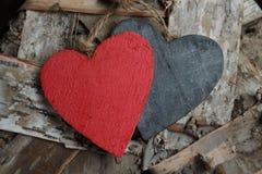 Ξύλινες καρδιές στο ξύλινο υπόβαθρο Στοκ Εικόνα