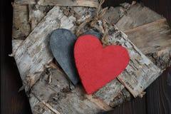 Ξύλινες καρδιές στο σκοτεινό ξύλινο υπόβαθρο Στοκ φωτογραφίες με δικαίωμα ελεύθερης χρήσης