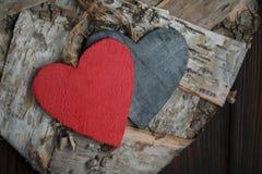 Ξύλινες καρδιές στο σκοτεινό ξύλινο υπόβαθρο Στοκ Φωτογραφίες