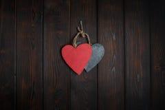 Ξύλινες καρδιές στο σκοτεινό ξύλινο υπόβαθρο Στοκ Εικόνες