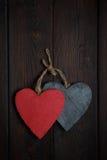 Ξύλινες καρδιές στο σκοτεινό ξύλινο υπόβαθρο Στοκ Φωτογραφία