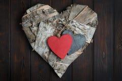 Ξύλινες καρδιές στο σκοτεινό ξύλινο υπόβαθρο Στοκ φωτογραφία με δικαίωμα ελεύθερης χρήσης
