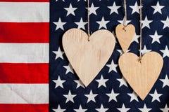 Ξύλινες καρδιές στο υπόβαθρο αμερικανικών σημαιών Στοκ φωτογραφία με δικαίωμα ελεύθερης χρήσης