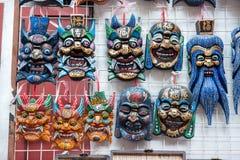 Ξύλινες κινεζικές μάσκες στην πώληση σε μια αγορά αναμνηστικών κοντά στον κήπο Yu, Σαγκάη στοκ φωτογραφίες