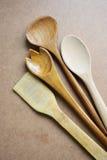 Ξύλινες κουτάλες και ξύλινα εργαλεία κουζινών κουταλιών Στοκ εικόνα με δικαίωμα ελεύθερης χρήσης