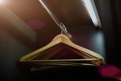 Ξύλινες κρεμάστρες σε ένα ντουλάπι Στοκ Φωτογραφίες
