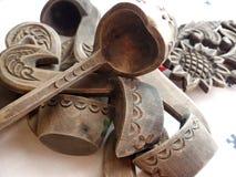 Ξύλινες μικρές κουτάλες από Bratina Τραπεζομάντιλο λινού Κουτάλα - ένα σκάφος για την κατανάλωση Λαϊκή τέχνη Ρωσία closeup Στοκ φωτογραφία με δικαίωμα ελεύθερης χρήσης