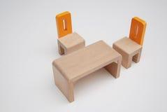 Ξύλινες μικροσκοπικές καρέκλες με τον πίνακα Στοκ εικόνες με δικαίωμα ελεύθερης χρήσης