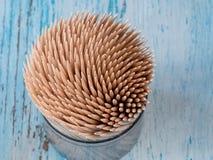 Ξύλινες οδοντογλυφίδες στο κιβώτιο Οδοντογλυφίδες στο ξύλινο υπόβαθρο Στοκ Εικόνες