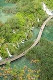 Ξύλινες πορεία και λίμνες στο πάρκο λιμνών Plitvicka Στοκ εικόνα με δικαίωμα ελεύθερης χρήσης