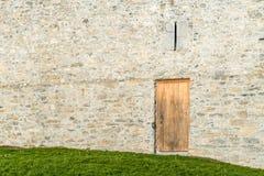 Ξύλινες πόρτες στους παλαιούς τοίχους Στοκ φωτογραφία με δικαίωμα ελεύθερης χρήσης
