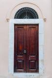 Ξύλινες πόρτες στο ρόδινο τοίχο Στοκ εικόνες με δικαίωμα ελεύθερης χρήσης