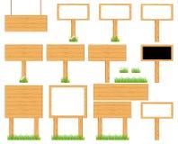Ξύλινες ρεαλιστικές πινακίδες επίδειξης που στέκονται στη χλόη ή Στοκ Εικόνες