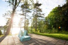 Ξύλινες σανίδες σε Patio στο δάσος κατά τη διάρκεια της ηλιόλουστης ημέρας Στοκ Εικόνες