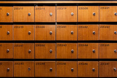 Ξύλινες ταχυδρομικές θυρίδες με τους αριθμούς Στοκ Φωτογραφίες