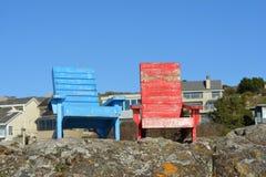 Ξύλινες χρωματισμένες έδρες Adirondack Στοκ εικόνα με δικαίωμα ελεύθερης χρήσης