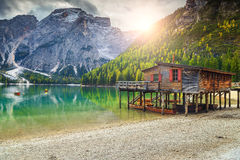 Ξύλινες boathouse και βάρκες στην αλπική λίμνη, δολομίτες, Ιταλία Στοκ Εικόνες