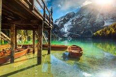 Ξύλινες boathouse και βάρκες στην αλπική λίμνη, δολομίτες, Ιταλία Στοκ Φωτογραφία