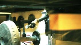 Ξύλινη άλεση σε ένα εργαστήριο ξυλουργικής ενός εργοστασίου επίπλων φιλμ μικρού μήκους