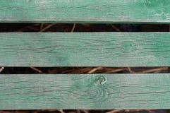 Ξύλινη έννοια νερού φύσης πινάκων - πράσινοι ξύλινοι πίνακες πέρα από το νερό Στοκ φωτογραφίες με δικαίωμα ελεύθερης χρήσης