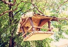 Ξύλινη ένωση σπιτιών πουλιών στο δέντρο, κόκκινο φίλτρο Στοκ εικόνα με δικαίωμα ελεύθερης χρήσης