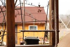Ξύλινη ένωση ταλάντευσης στο ζεύγος των σχοινιών στοκ εικόνες με δικαίωμα ελεύθερης χρήσης