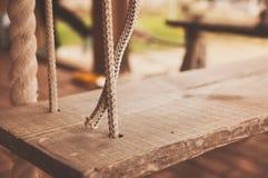 Ξύλινη ένωση ταλάντευσης στο ζεύγος των σχοινιών στοκ εικόνες