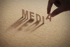 Ξύλινη λέξη MEDIA στο συμπιεσμένο πίνακα Στοκ Εικόνα